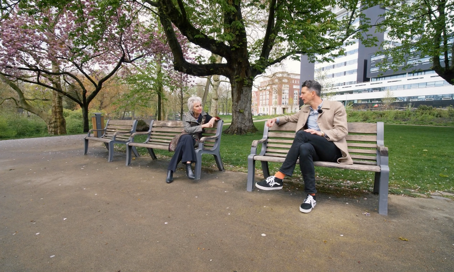 Marion and Geert sit on benches outside Erasmus MC